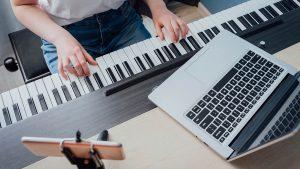 Le piano numérique avec fonction d'apprentissage